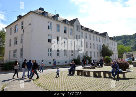 Trier, Germany. 29th July, 2015. Residents walk on the premises of the reception facility for asylum seekers in - Stock Photo