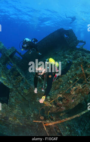 Red Sea, Egypt. 15th Oct, 2014. Diver looking at shipwreck ''SS Dunraven''. Red sea, Egypt, Africa. © Andrey Nekrasov/ZUMA - Stock Photo