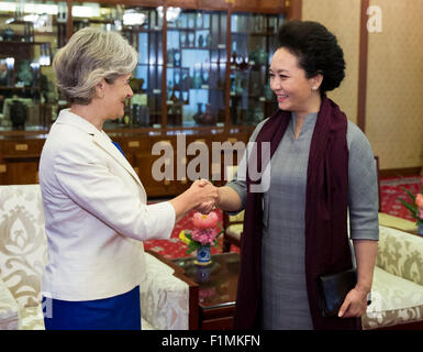 (150904) -- BEIJING, Sept. 4, 2015 (Xinhua) -- Peng Liyuan (R), wife of Chinese President Xi Jinping, meets with - Stock Photo