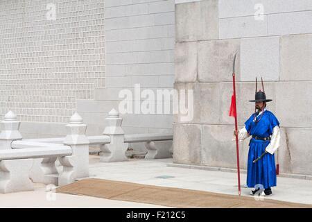 South Korea, Seoul, Jongno-gu, Gwanghwamun Gate Gwanghwa Gyeongbokgung Royal Palace, Babysitting - Stock Photo