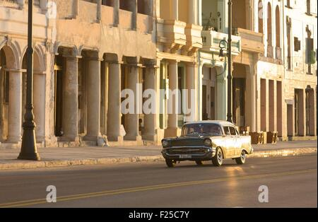 Cuba, Ciudad de la Habana province, La Havana, american car on the Malecon - Stock Photo