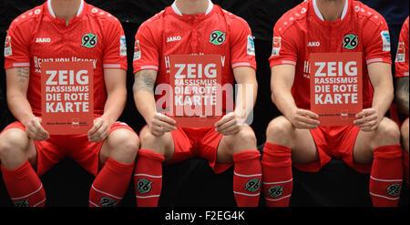 Hanover, Germany. 17th Sep, 2015. Hannover players present cards that read 'Zeig Rassismus die rote Karte' (lit. - Stock Photo