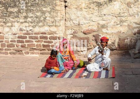 Traditionally dressed Rajasthani man playing folk music on Ravanahatha in Mehrangarh Fort, Jodhpur, Rajasthan, India - Stock Photo
