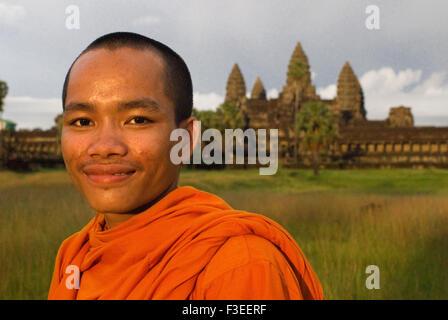 Buddhist monk on the outside of the Temple of Angkor Wat. Angkor Wat, the largest monument of the Angkor group and - Stock Photo