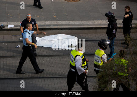 Jerusalem. 12th Oct, 2015. Israeli police stand guard near the body of a Palestinian attacker on the scene of a - Stock Photo