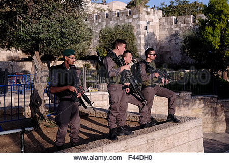 Jerusalem, Israel. 14th October, 2015. Armed Israeli police border stand on guard  in front of Damascus gate soon - Stock Photo