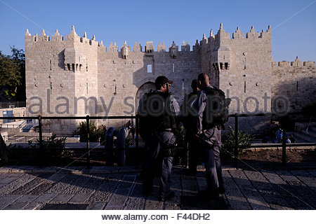 Jerusalem, Israel. 14th October, 2015. Israeli police border stand on guard  in front of Damascus gate soon after - Stock Photo