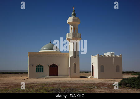 'Little Mosque on the lonely road through the ''Empty Quarter'', ar-Rub 'al Khali, Oman' - Stock Photo