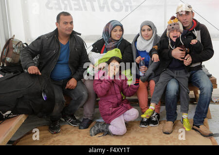 Idomeni, Greece. 23rd Oct, 2015. A family waits in a tent for their turn to cross the border with the Republic of - Stock Photo