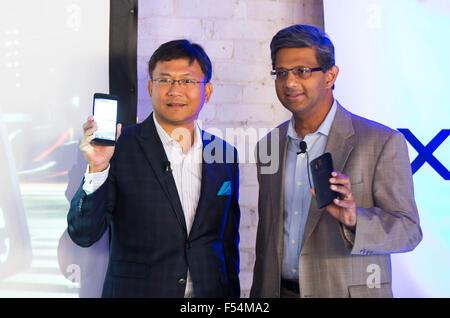 (151027) -- TORONTO, Oct. 27, 2015 (Xinhua) -- Raj Doshi (R), executive vice president of Canadian Wireless Consumer - Stock Photo