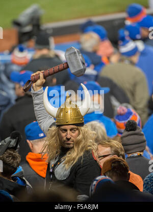 New York, NY, USA. 30th Oct, 2015. Fans in the 6th inning of Game 3 of the 2015 World Series, Citi Field, Friday, - Stock Photo