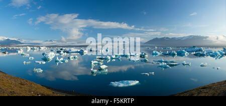 Icebergs in Jokulsarlon lagoon, beneath Breidamerkurjokull glacier, Sudhurland, Iceland. - Stock Photo