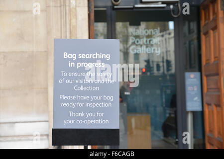 Trafalgar Square, London, UK. 16th November 2015. Bag searches at the National and Portrait galleries after the - Stock Photo