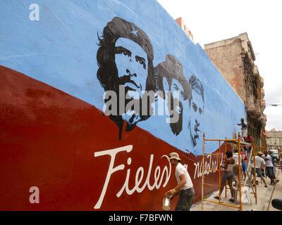 Havanna Vieja, old city, revolutionary banner, revolucion, kommunistische propaganda, Che Guevara, Cuba, Havanna - Stock Photo