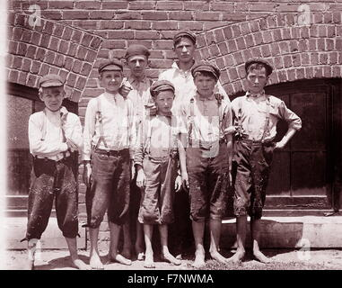 Child labour in early twentieth century USA: Doffer boys in Aragon Mills, Rock Hill, South Carolina, photographed - Stock Photo