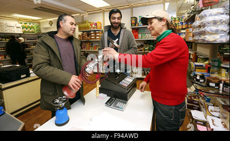Sigmaringen, Germany. 07th Nov, 2015. Ahmad Al Shami (l) and the asylum seeker Fandy Morshed from Syria buy groceries - Stock Photo