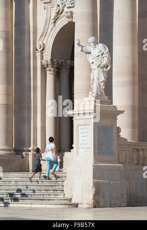 Mother daughter church, view of parent and child visiting the baroque  cathedral (Duomo) on the island of Ortigia, - Stock Photo
