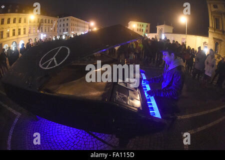 Munich, Germany. 18th Dec, 2015. Street musician David Martello performs at night at the Odeonsplatz square in Munich, - Stock Photo