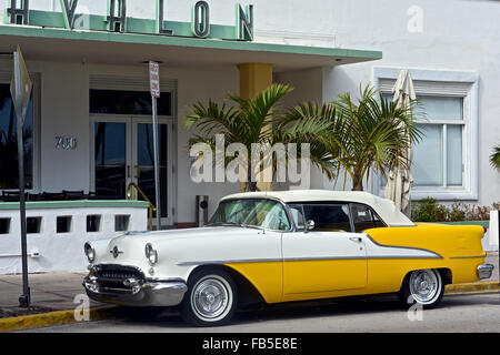 Classic American Vintage Cars, Ocean Drive, Miami Beach. - Stock Photo