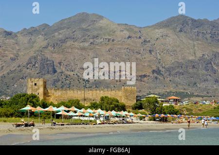 Griechenland, Kreta, Frangokastello, der Strand von Frangokastello und die gleichnamige venezianischen Festung vor - Stock Photo