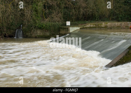 raging river medway Teston lock churned up water from local flooding rainfall at near full capacity - Stock Photo