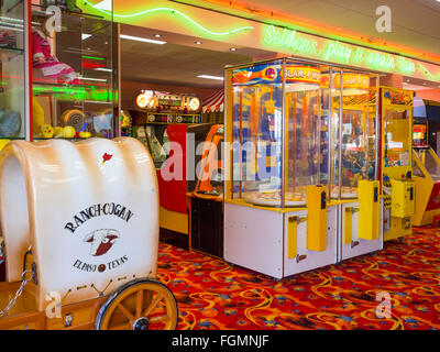 Small amusement arcade on the landward end of Saltburn Pier - Stock Photo