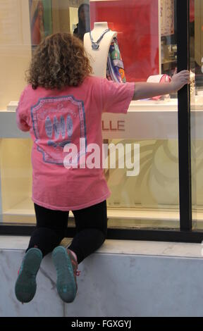 'Honey Boo Boo' Star Alana Thompson filming with Mama June and family while walking in Beverly Hills and taking - Stock Photo