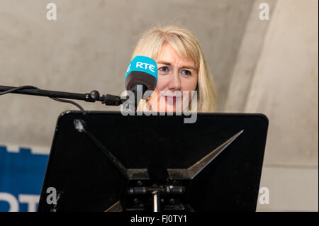Ballincollig, Ireland. 27th February, 2016. Cork North West Returning Officer, Sinead McNamara announces the result - Stock Photo