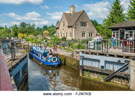 Houseboat is passing Iffley Lock on River Thames near Oxford, Oxfordshire, England | Hausboot am Iffley Lock am - Stock Photo