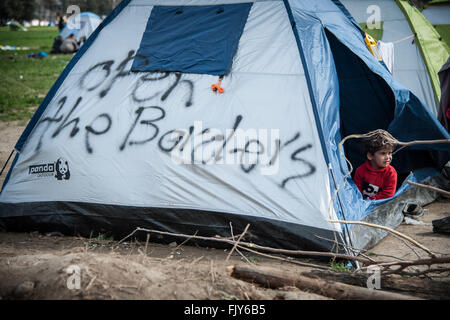Idomeni, Greece. 03rd Mar, 2016. A little girl in a tent at the camp of Idomeni with the inscription 'open the border'. - Stock Photo
