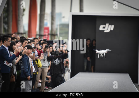(160305) -- SHENZHEN, March 5, 2016 (Xinhua) -- Journalists look at a Phantom 4 drone developed by major Chinese - Stock Photo