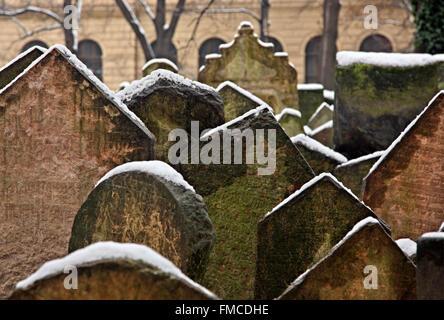 The old Jewish cemetery in Josefov (the 'jewish quarter'), Stare Mesto (Old Town), Prague, Czech Republic. - Stock Photo