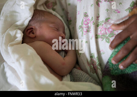 A newborn baby lies with its mother on the hospital ward, Ethiopia Africa - Stock Photo