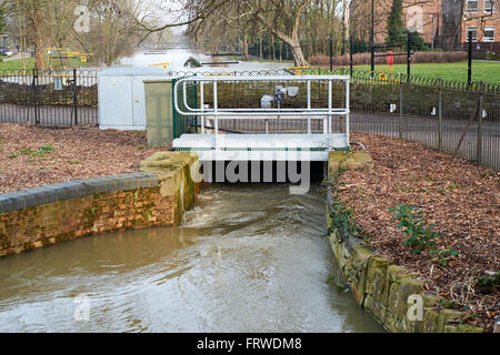 Floodwater flowing through an overflow sluice and gauging station on the River Great Ouse, Bedford, Bedfordshire, - Stock Photo