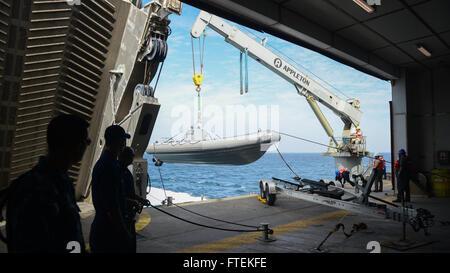 ATLANTIC OCEAN (Jan. 24, 2015) U.S. Navy Sailors and Military Sealift Command civil service mariners work together - Stock Photo