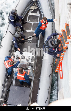 ATLANTIC OCEAN (Jan. 24, 2015) A boarding team member from the Senegal military climbs down from USNS Spearhead - Stock Photo