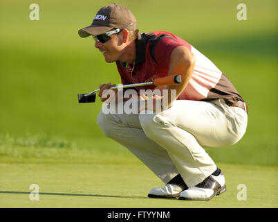 Chaska, MN, UNITED STATES. 13th Aug, 2009. Henrik Stenson (SWE) lines up a shot on the 11th green during the first - Stock Photo