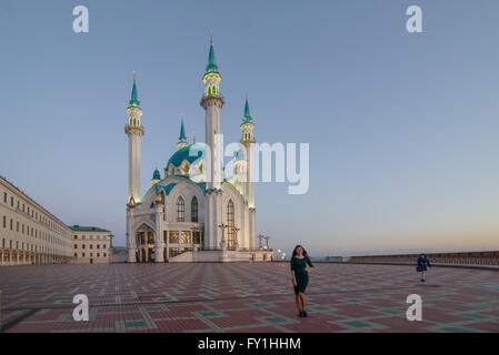 Kazan, Russia. 20th Apr, 2016. A tourist stands in front of the Qolsarif Mosque in Kazan, Russia, 20 April 2016. - Stock Photo