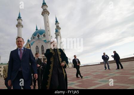 Kazan, Russia. 20th Apr, 2016. Thuringian State Premier Bodo Ramelow (L) and Imam Ilfat Khasanov walk across the - Stock Photo