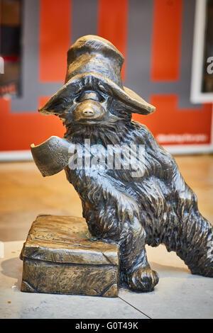 london Paddington railway station paddington bronze statue Designed by the sculpture Marcus Cornish, the statue - Stock Photo