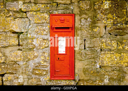 VICTORIAN POST BOX IN RURAL SOMERSET , SET IN AN OLD STONE WALL - Stock Photo