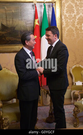 Rome. 5th May, 2016. Italian Prime Minister Matteo Renzi (R) meets with visiting Chinese Foreign Minister Wang Yi - Stock Photo