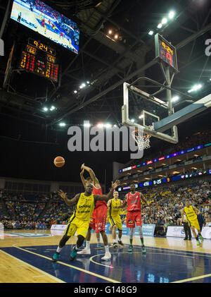 The O2, London UK. 8th May 2016. Jerrold Brooks of Sharks in action at 9:24, Period 4. Molten British Basketball - Stock Photo