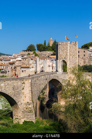 Besalu, Girona Province, Catalonia, Spain.  Fortified bridge known as El Pont Vell, the Old Bridge, crossing the - Stock Photo