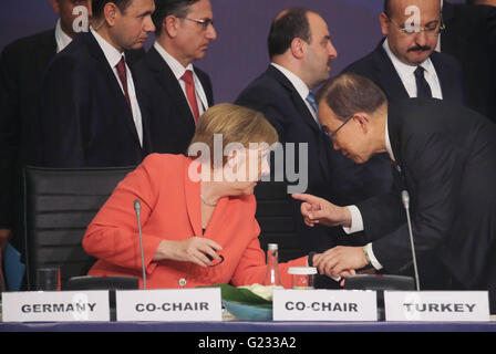Istanbul, Turkey. 23rd May, 2016. German Chancellor Angela Merkel speaks with UN Secretary General Ban Ki Moon (R) - Stock Photo