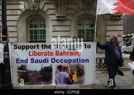 London, UK. 1st June, 2016. Protestors outside the Saudi Arabian embassy ask for an end to Saudi intervention in - Stock Photo