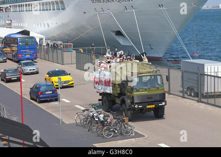 Copenhagen Harbour, Denmark. 25th June, 2016. Loud horns, sirens and hooting and yelling students celebrating their - Stock Photo