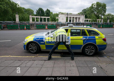 London, UK. 18th June, 2016. Police officer talking to his colleague in the car during the protest in London © Velar - Stock Photo