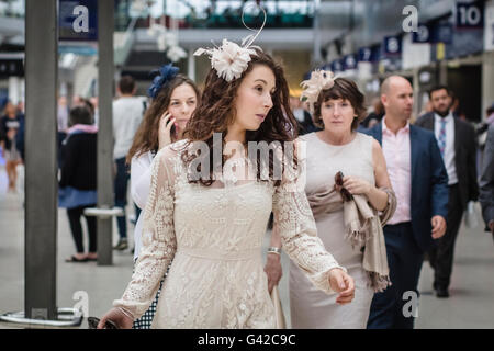 London, UK. 18th June, 2016. Racegoers in formal and fashionable dress at Waterloo Station before traveling to the - Stock Photo