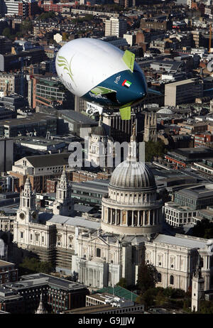 The Spirit of Dubai airship over London - Stock Photo